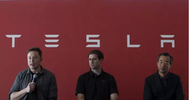 Nhà sáng lập Elon Musk của Tesla, Giám đốc kỹ thuật Jeffrey Straubel, Cố vấn của Panasonic Yoshihiko Yamada.