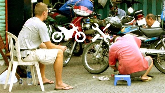 Nhờ đi xuyên Việt, anh chàng người Thụy Sĩ phát minh ra chiếc áo thun giúp giao tiếp với mọi người trên thế giới - Ảnh 1.
