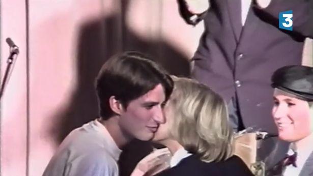 Nụ hôn đầu của ông Emmanuel Macron và cô giáo Brigitte Trogneux.