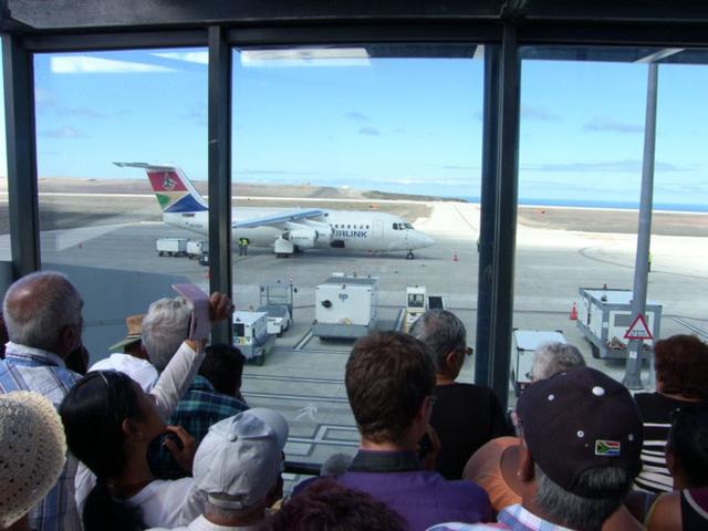 Chuyến bay thương mại đầu tiên hạ cánh xuống sân bay. Ảnh: Sthelenalocal.