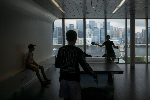 Du khách chơi bóng bàn trên du thuyền
