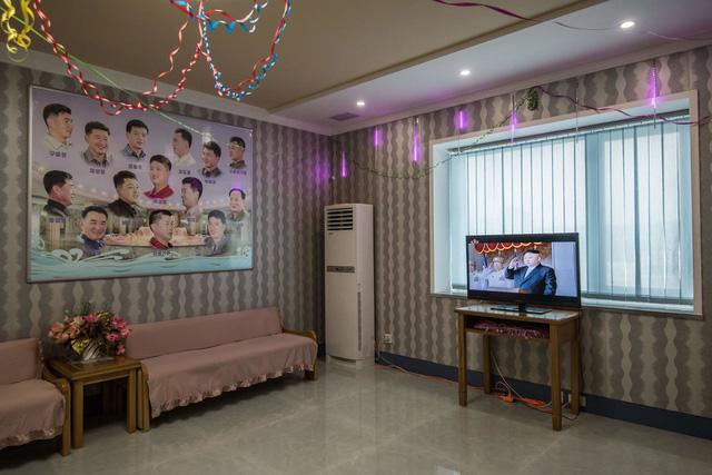 Một salon cắt tóc ở Triều Tiên với các đồ điện tử được sản xuất bởi các công ty của Trung Quốc