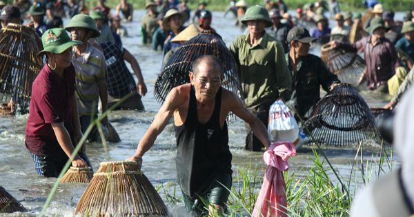 Hà Tĩnh: Hàng trăm người đội nắng xuống đầm bắt cá để cầu may