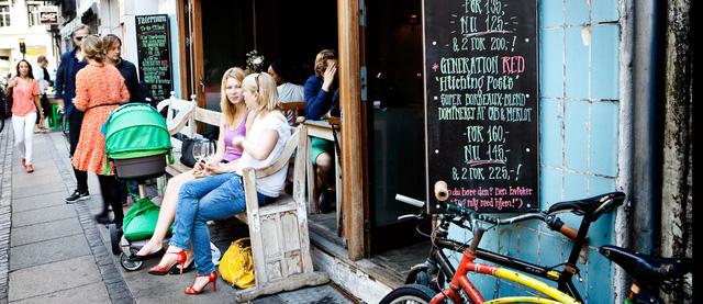 Người Bắc Âu tận hưởng tách cà phê cùng bạn bè