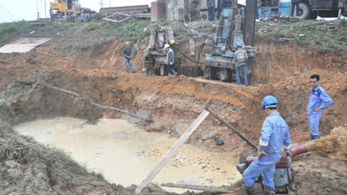 Các công nhân khắc phục sự cố trong một lần đường ống cấp nước sông Đà bị vỡ - Ảnh: Q.Thế/Tuổi trẻ
