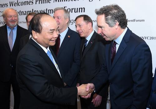 Thủ tướng chào hỏi đại diện các doanh nghiệp Hoa Kỳ tới dự tọa đàm. Ảnh: VGP/Quang Hiếu