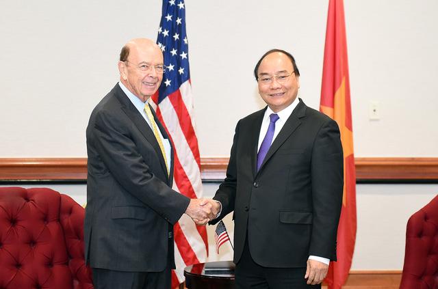 Thủ tướng Nguyễn Xuân Phúc và Bộ trưởng Thương mại Hoa Kỳ Wilbur Ross. Ảnh: VGP/Quang Hiếu