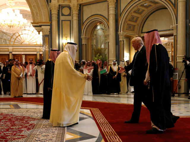 Người Qatar vội vã tích trữ thực phẩm, ồ ạt rút tiền khỏi ngân hàng - Ảnh 1.