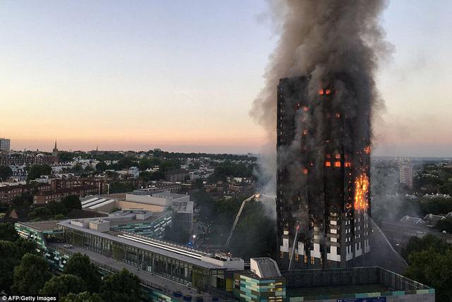 Hình ảnh người còn sống mắc kẹt bên trong tòa nhà 27 tầng bị lửa bao trùm, nhiều người được xác nhận đã chết - Ảnh 1.