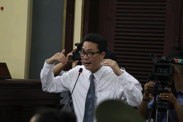Luật sư Nguyễn Văn Quynh liên tục thẩm vấn ông Mỹ (Ảnh: Pprz)