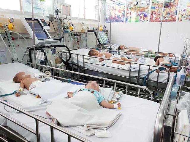 Tình trạng quá tải bệnh nhi viêm não Nhật Bản tại BV Nhi đồng 1. Ảnh: HÀ PHƯỢNG
