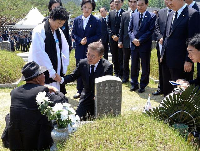 Ông Moon an ủi gia đình các nạn nhân của cuộc nổi dậy chống dân chủ 1980 hôm 18/5