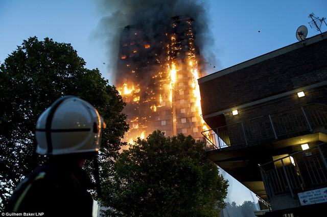 Hình ảnh người còn sống mắc kẹt bên trong tòa nhà 27 tầng bị lửa bao trùm, nhiều người được xác nhận đã chết - Ảnh 2.
