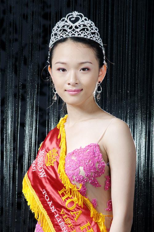 Trước khi phải ra tòa vì cáo buộc lừa đảo đại gia Cao Toàn Mỹ, Phương Nga đã từng giành ngôi Hoa hậu Người Việt tại Nga năm 2007. Khác với nhiều người đẹp sau khi đăng quang, cô tập trung vào việc học đại học