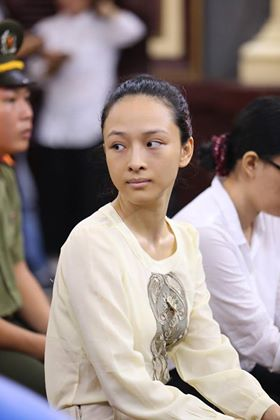 Hoa hậu Phương Nga vẫn giữ vẻ bình thản, tươi cười trong ngày xử hôm nay 27/6 (Ảnh: Pprz)