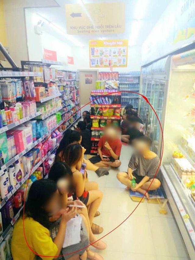 Nhóm bạn trẻ ngồi tràn ra cả lối đi. Ảnh: Facebook.
