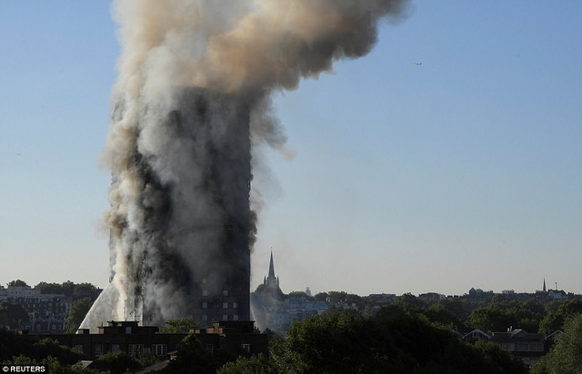 Hình ảnh người còn sống mắc kẹt bên trong tòa nhà 27 tầng bị lửa bao trùm, nhiều người được xác nhận đã chết - Ảnh 11.