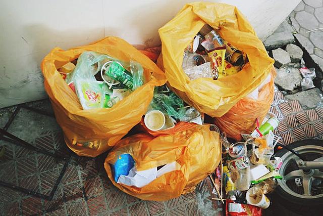 Từng túi rác thải vừa được nữ nhân viên dọn sau khi nhiều bạn ý thức kém vô tư xả lung tung.