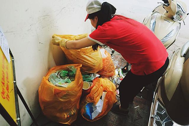 Việc phân loại đống rác thải này cũng mất khá nhiều thời gian.