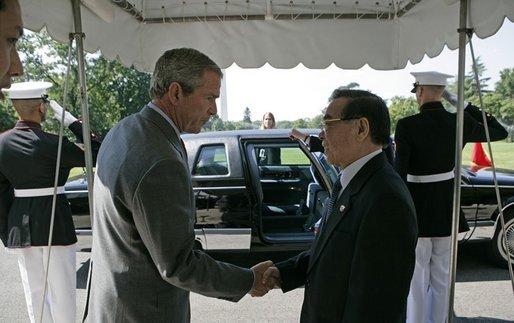Tổng thống Mỹ George W. Bush bắt tay Thủ tướng Phan Văn Khải khi ông rời Nhà Trắng. Ảnh: website Nhà Trắng
