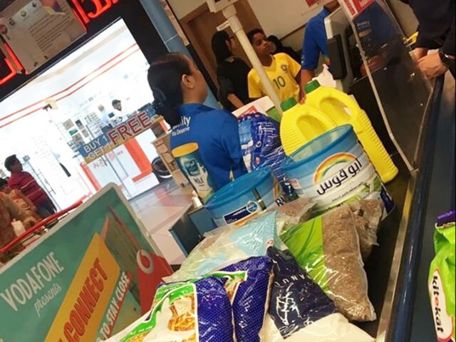 Người Qatar vội vã tích trữ thực phẩm, ồ ạt rút tiền khỏi ngân hàng - Ảnh 3.