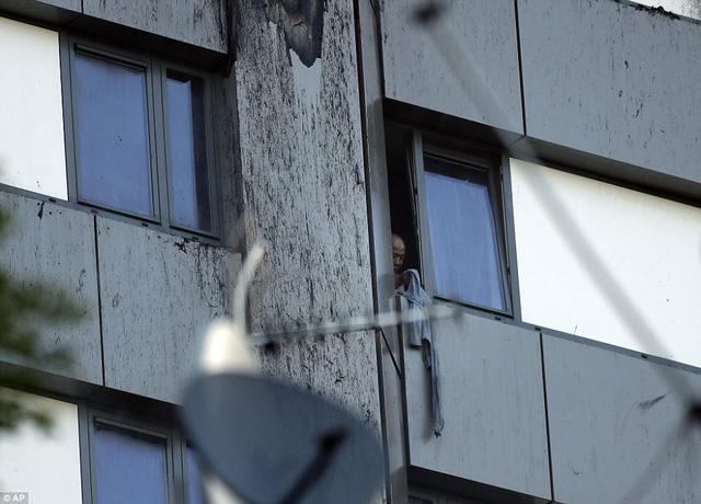 Hình ảnh người còn sống mắc kẹt bên trong tòa nhà 27 tầng bị lửa bao trùm, nhiều người được xác nhận đã chết - Ảnh 3.