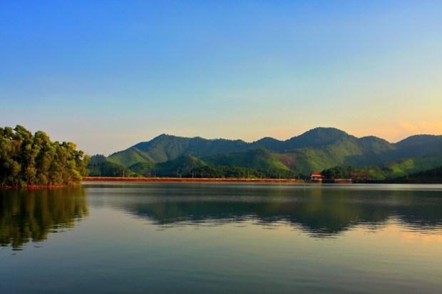 Hồ Núi Cốc là hồ nước ngọt nhân tạo, hình thành sau khi đập ngăn sông Công được xây dựng từ năm 1973 đến 1982 với mặt hồ rộng 25 km2, sâu 35 m. Hồ Núi Cốc được ví như Hạ Long thu nhỏ của tỉnh Thái Nguyên. Ảnh: Bình Nguyên