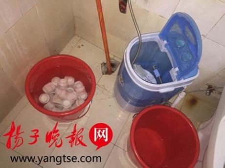 Nhà vệ sinh được tận dụng để rửa hộp.