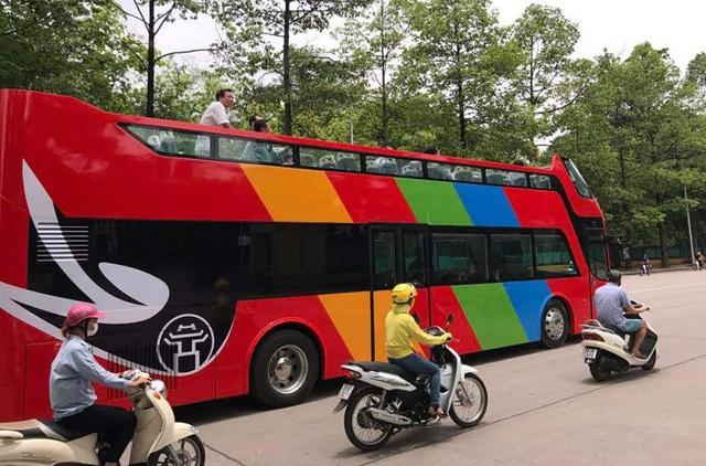 Chiếc xe buýt đang chạy trên đường Hùng Vương (Ba Đình, Hà Nội) và một số tuyến phố trung tâm. Ảnh: Tuấn Anh - Otofun