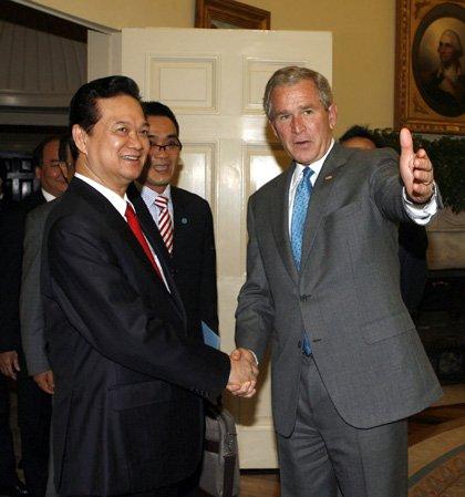 Tổng thống Mỹ Bush chào đón Thủ tướng Nguyễn Tấn Dũng tại Nhà Trắng trước khi hai nhà lãnh đạo bước vào cuộc hội đàm chính thức. Ảnh: TTXVN