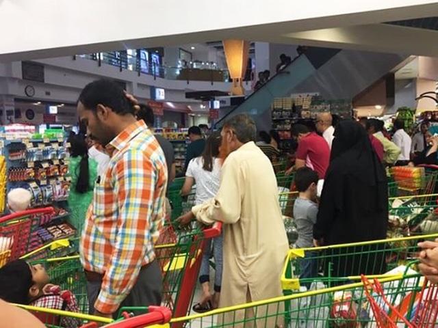 Người Qatar vội vã tích trữ thực phẩm, ồ ạt rút tiền khỏi ngân hàng - Ảnh 4.