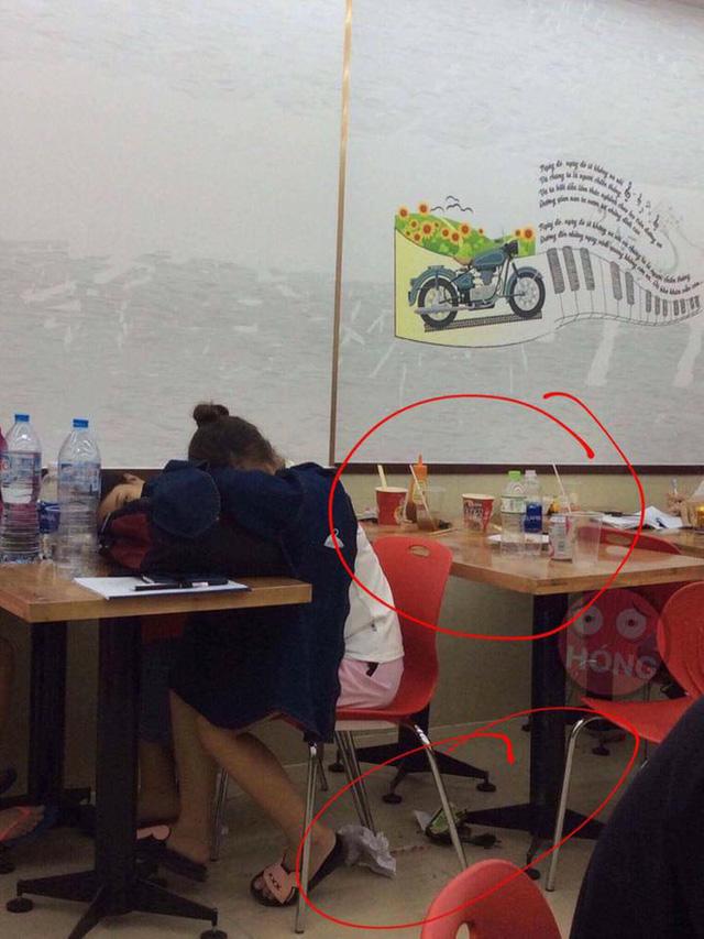 Nhiều sinh viên nằm ngủ bất chấp tại một cửa hàng tiện lợi ở Hà Nội. Nguồn: Facebook.