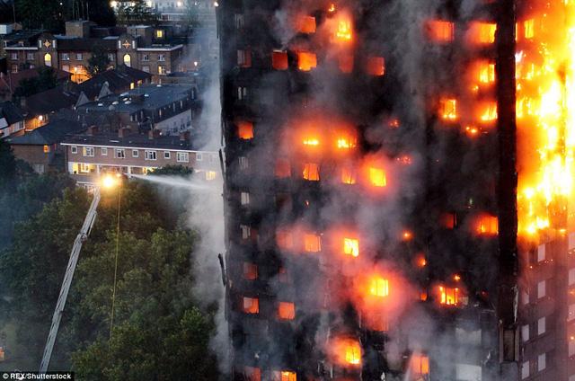 Hình ảnh người còn sống mắc kẹt bên trong tòa nhà 27 tầng bị lửa bao trùm, nhiều người được xác nhận đã chết - Ảnh 4.