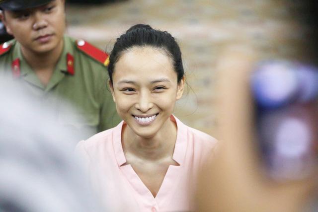 Phương Nga cười tươi khi tòa bắt đầu tiến hành xét xử (Ảnh: Pprz)