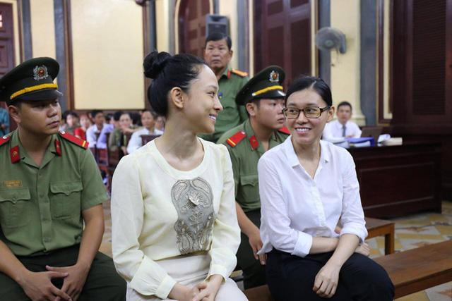 Phương Nga và Thùy Dung tươi cười trong buổi xét xử sáng 27/6 (Ảnh: Pprz)