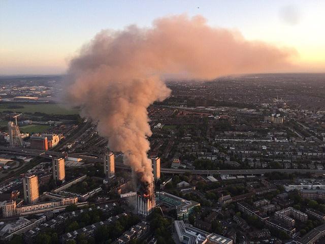 Hình ảnh người còn sống mắc kẹt bên trong tòa nhà 27 tầng bị lửa bao trùm, nhiều người được xác nhận đã chết - Ảnh 5.