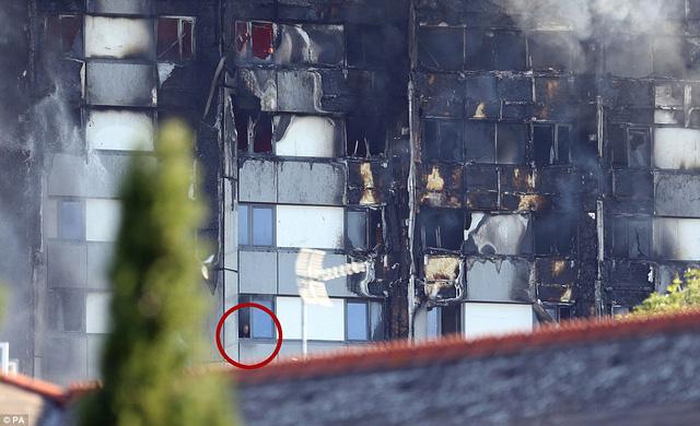 Hình ảnh người còn sống mắc kẹt bên trong tòa nhà 27 tầng bị lửa bao trùm, nhiều người được xác nhận đã chết - Ảnh 6.