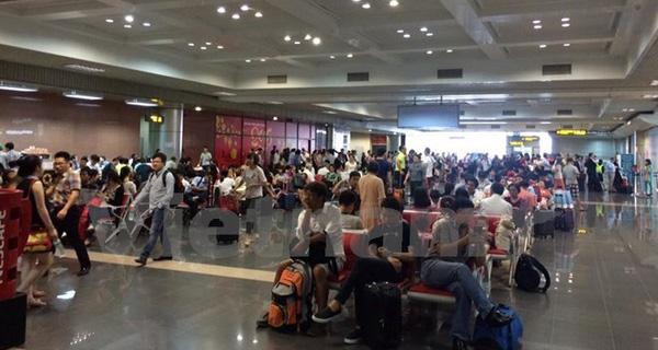 """Nhân viên mặt đất """"ốm"""" đồng loạt, nhiều chuyến bay ở Nội Bài bị chậm"""