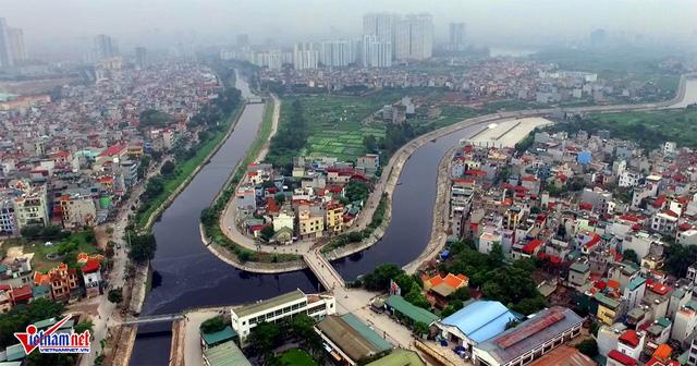 Nhánh sông Tô Lịch bị ô nhiễm nặng nề, nước chuyển sang màu đen kịt