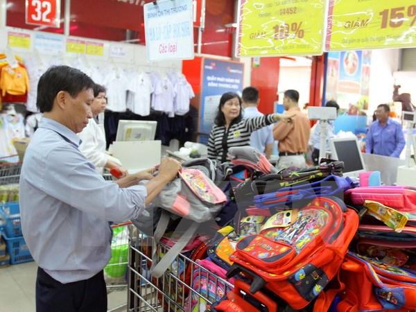 Người tiêu dùng mua sản phẩm bình ổn giá và khuyến mại năm học mới tại Co.op mart Nguyễn Đình Chiểu ở TP Hồ Chí Minh. (Ảnh: Thanh Vũ/TTXVN)