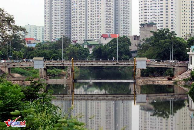 Khu đô thị mọc bên cạnh dòng sông chết